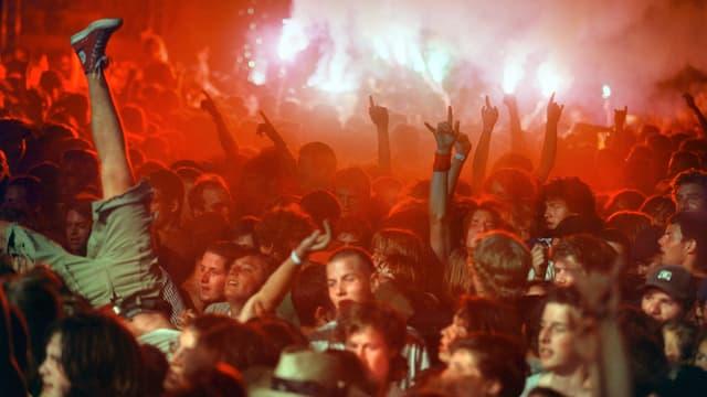 Das begeisterte Publikum johlt an einem Konzert Openair St. Gallen im Sittertobel, im Jahr 2003.