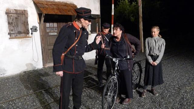 Grenzwächter kontrollieren im Theater «Der Schmugglerkönig» Passantinnen.