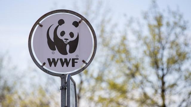 Ina taval cun si il logo dal WWF.