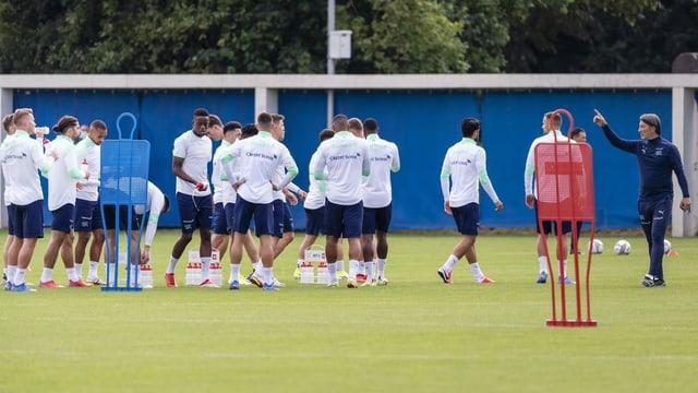 Trainer Murat Yakin dirigiert die Nationalspieler