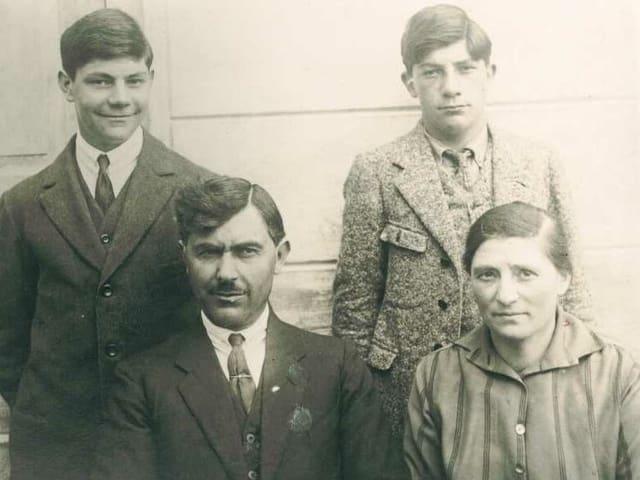Martin Besio (san. sura) cun frar Emillior, bap Giovanni e mamma Vittoria Besio.