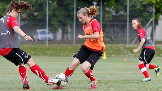 Junge Fussballerinnen kämpfen um den Ball