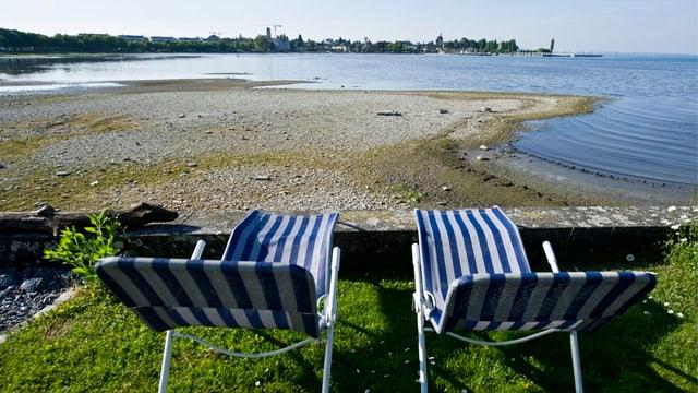 Bodensee mit Liegestühlen.