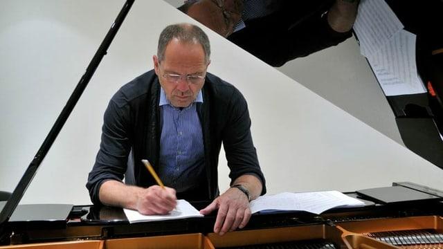 cumponist Jan de Haan vid scriver notas