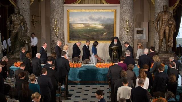 Obama beim Luncheon. Es hängt ein Bild von Thomas Hill.