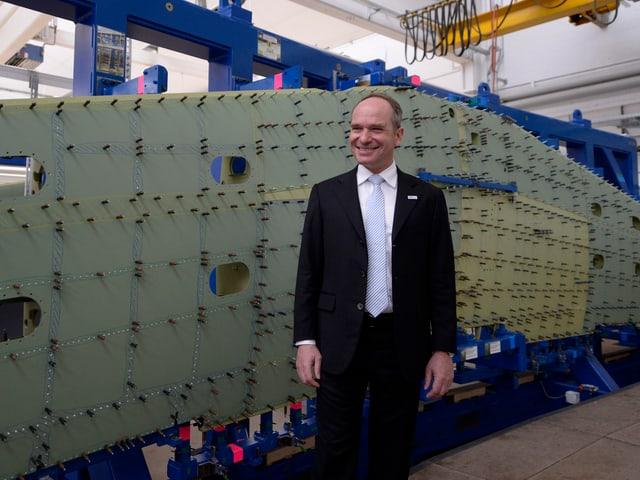 Ruag-Chef Urs Breitmeier in einer Fabrik an einer Medienkonferenz