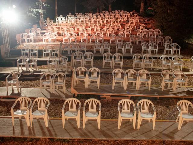 Die Sitzreihen sind mit genügen Abstand positioniert.