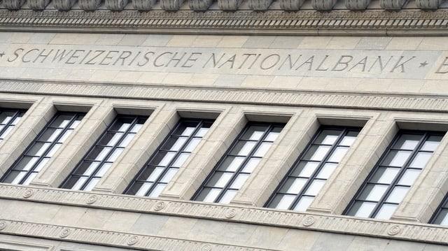 """Hausfassade mit Fenstern und Aufschrift """"Schweizerische Nationalbank"""""""