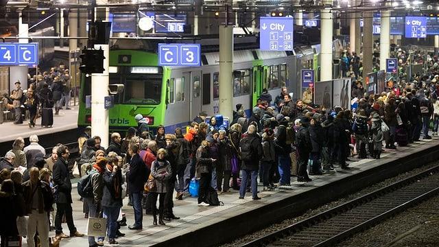 Volle Perrons auf dem Berner Bahnhof.