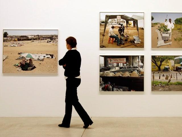 Eine Besucherin in einer David Goldblatt Ausstellung in Winterthur, 2007.