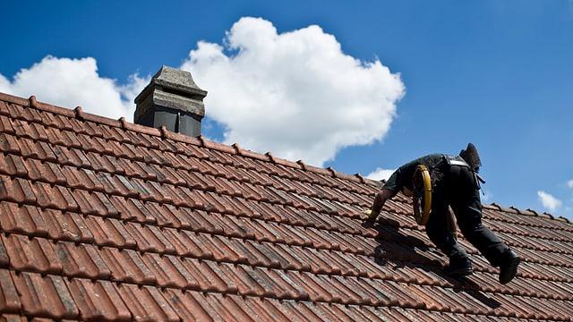 Kaminfeger auf dem Dach