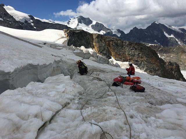 Alpinists salvaders e la crew da la Rega al lieu da salvament.
