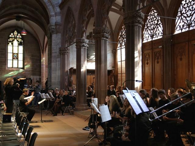 Musiker und Chor im Innern der Kirche.