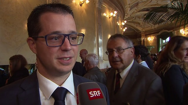 Dumeni Columberg (davos) durant in'intervista cun il cusseglier naziunal dal Tessin, Marco Romano.