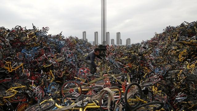 In China erlebt das Bikesharing einen Boom. Das bleibt nicht ohne Folgen: In den Strassen türmen sich riesige Berge von kaputten Leihvelos.