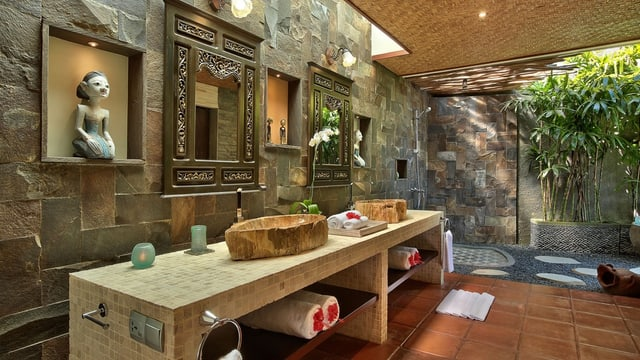 Bad mit zwei Waschbecken aus Holz.