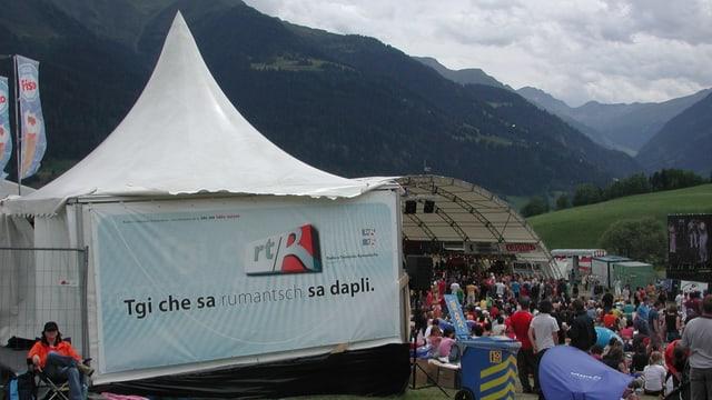 Tenda cun si in banner da RTR a l'Open Air Val Lumnezia l'onn 2005.