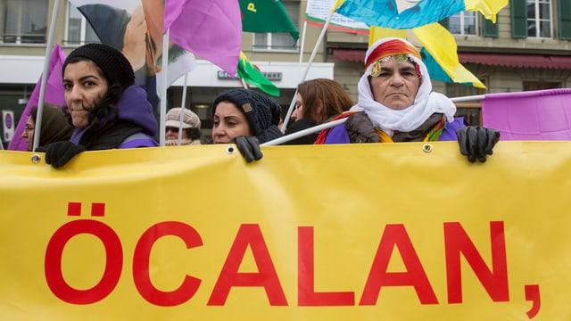 Frauen demonstrieren in Bern für die Freilassung  Abdullah Öcalan.