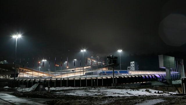 Das Sanki Sliding Center bei Nacht.