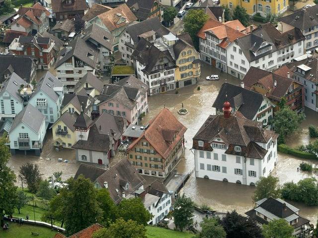 Luftaufnahme des überschwemmten Dorfkerns von Sarnen.