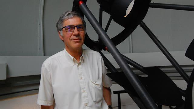 Mann vor Teleskop