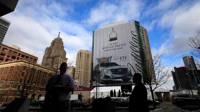 Die Stadt Detroit, auf einem hohen Gebäude ist eine riesige Autowerbung zu sehen.
