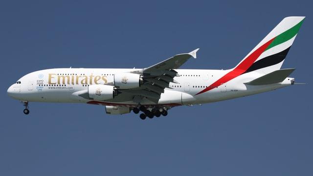 Ein Flugzeug der Emirates im Landeanflug.