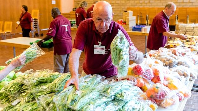 Mitarbeiter der Hilfsorganisation «Tischlein deck dich» beim sortieren von Lebensmitteln.