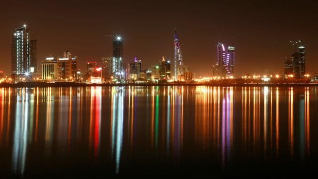 Nächtliche Skyline von Manama.