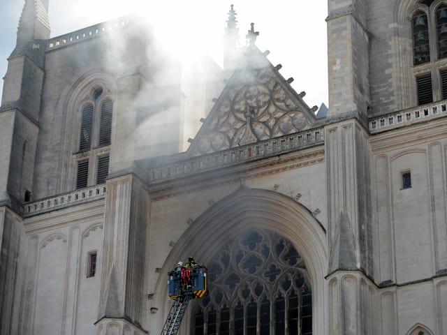 Feuerwehr mit Hebebühne vor Kathedrale.