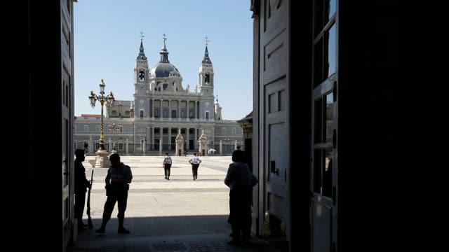 Polizisten gehen über einen Platz in Madrid.