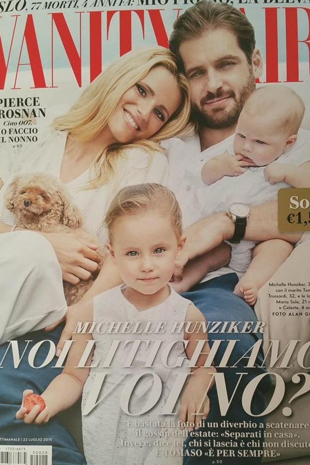 Cover der «Vanity Fair». Darauf zu sehen ist Michelle Hunziker mit einem Pudel auf dem Arm. Tomaso Trussardi mit Bart und einem Baby auf dem Arm. Im Vordergrund steht ein Mädchen in weissem Kleidchen.