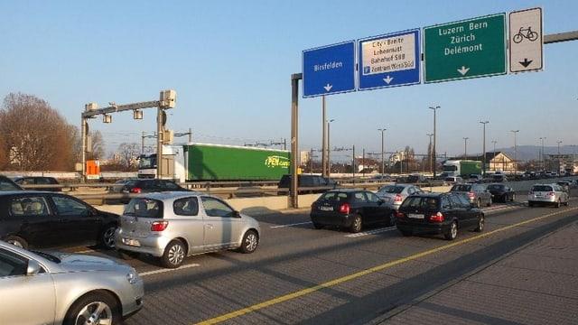 Autos fahren über Schwarzwaldbrücke.