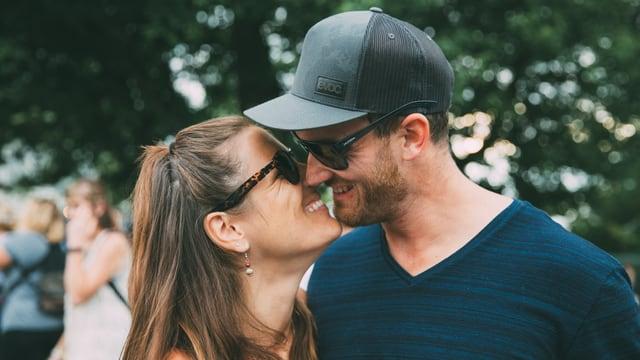 Man sieht den verliebten Blick durch die Sonnenbrillen durch.