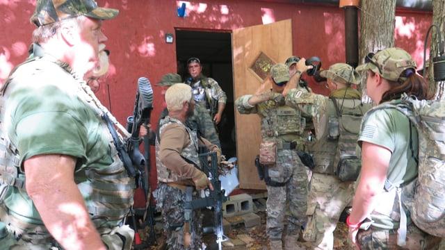 Die Gruppe mit Waffen und Bierbäuchen.