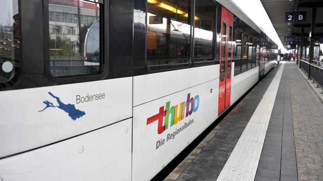 Zug der am Perron am Bahnhof Kreuzlingen wartet.