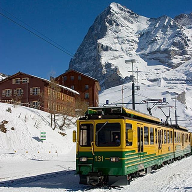 Die Wengernalpbahn mit dem Eiger im Hintergrund