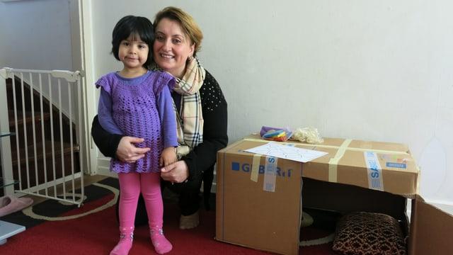 Helferin mit einem afghanischen Kind in Lausen