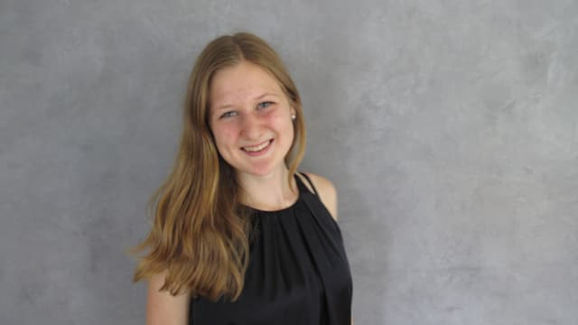 Die 19-jährige Sandrine Müller (dunkelblondes langes Haar) im Studio des Regionaljournals Zentralschweiz.