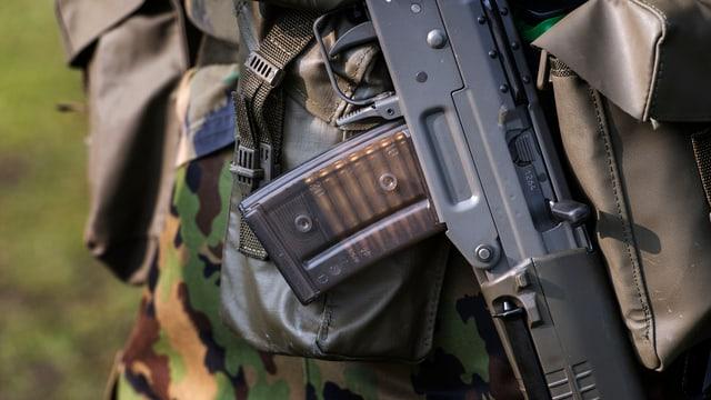 Nahaufnahme eines Sturmgewehrs der Schweizer Armee.
