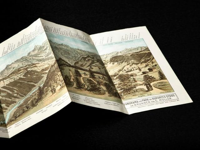 Eine gefaltete Karte mit Panoramaansicht von Bergen, Bäumen und Seen.