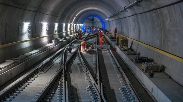 Blick in den Weinbergtunnel der Durchmesserlinie, einem der aktuellen grossen Projekte der SBB. Bauarbeiten arbeiten an einer Weiche.