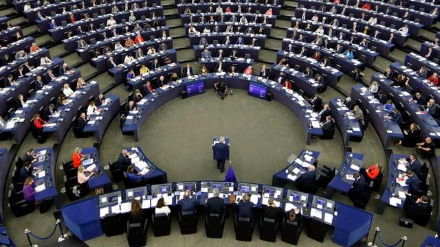 Junker spricht zu den Parlamentariern, die im grossen Halbrund um ihn platziert sind.