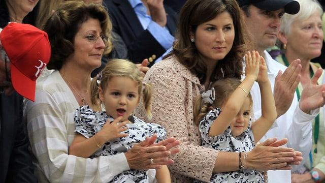 Charlene Riva und Myla Rose mit Grossmutter Lynette und Mama Mirka Federer bei einem Match von Roger Federer.