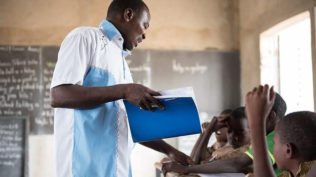 Kinder mit einer Hörhilfe gehen in die Schule