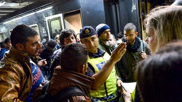 Tschients da fugitivs arrivan a Stockholm suenter in lung viadi atras numerus pajas da l'UE.