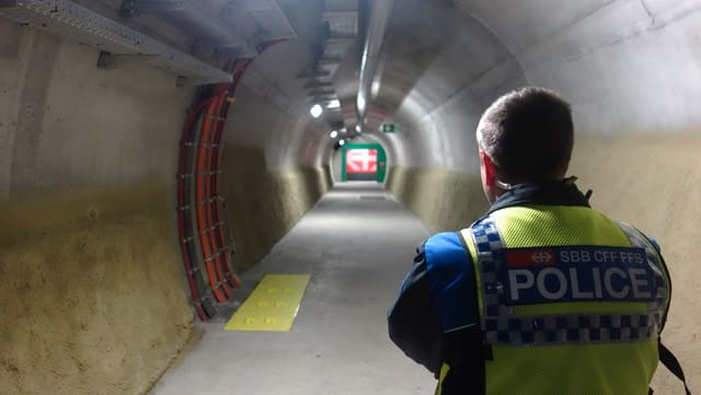 Davos la galaria da segirtad, spetga il tren en il segund tunnel dal Gottard sin ils passagiers.