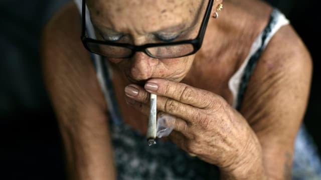 Eine krebskranke Israelin konsumiert ärztlich verordnetes Cannabis.