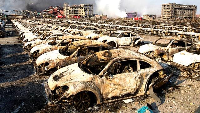 Ein Parkplatz mit lauter ausgebrannten Neuwagen in der chinesischen Hafenstadt Tianjin.
