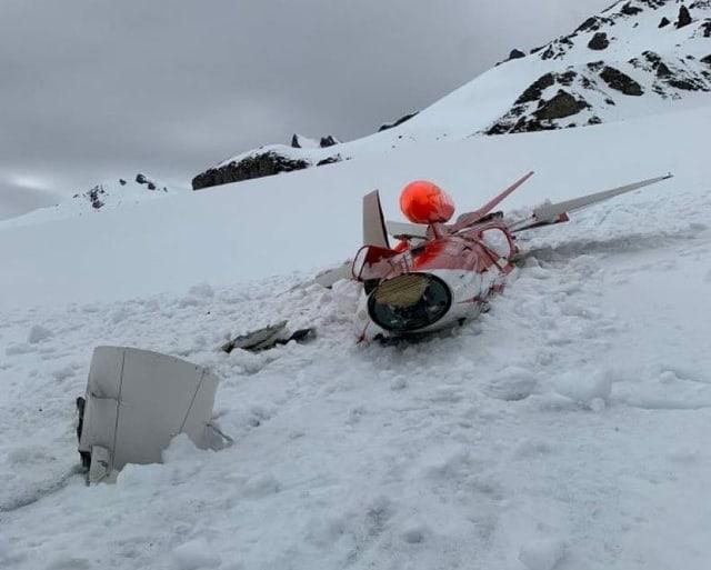 Das Wrack des abgestürzten Jets liegt auf dem Schnee.